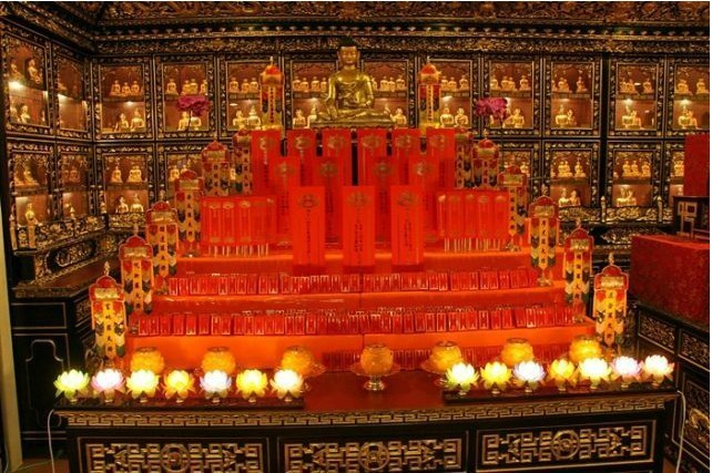 Welcome to baiyun temple tablets a day the master said chanting blessings to the red paper