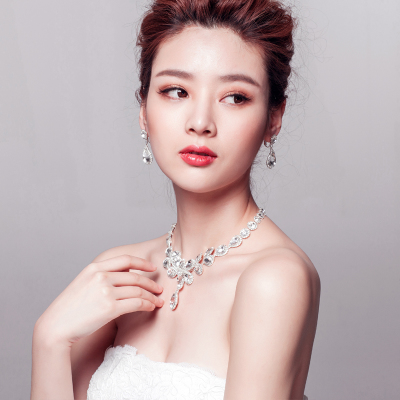 Liu smoke pour flowers decorated. Shiny extraordinary new Korea upscale bridal diamond necklace earrings piece suit