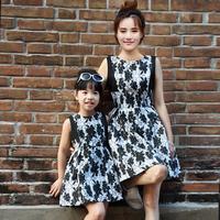 秋天亲子装裙子韩版修身显瘦黑白提花时尚母女装无袖连衣裙收腰
