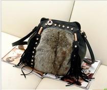 双肩包女韩版潮休闲兔毛背包流苏水桶包单肩斜跨带钻铆钉多用包包 价格:79.00