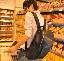 2013新款韩版学院风休闲大容量男女潮黑色学生双肩书背包电脑皮包 价格:39.00