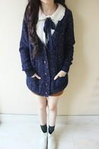小秋同学 M-055学院风点点花线大V领单排扣口袋毛衣开衫 价格:120.00