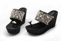 思加图2012夏季高跟防水台坡跟凉拖鞋 松糕跟夹脚水钻女凉鞋 价格:239.00
