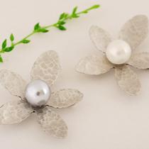 韩国进口饰品 韩国总统朴槿惠合金珍珠花朵大气复古胸花胸针正品/ 价格:43.00