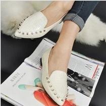 2014春夏季新款欧美女士单鞋铆钉鳄鱼纹低帮平跟尖头平底女款鞋子 价格:23.99