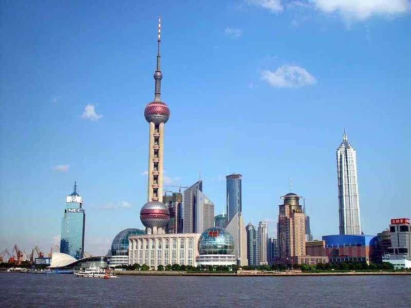 东方明珠广播电视塔,又名东方明珠塔,是一座位于中国上海的电视塔。坐落在中国上海浦东新区陆家嘴,毗邻黄浦江,与外滩隔江相望,上海国际新闻中心所在地。东方明珠塔是由上海现代建筑设计(集团)有限公司的江欢成设计。建筑动工于1991年,于1994年竣工,投资总额达8.3亿元人民币。高467.